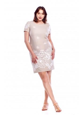 Dopasowana sukienka z delikatnym wzorem Plus Size