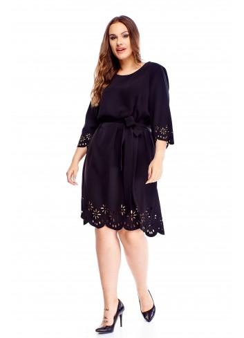 Sukienka z wiązaniem w pasie i ażurowymi wycinaniami PLUS SIZE