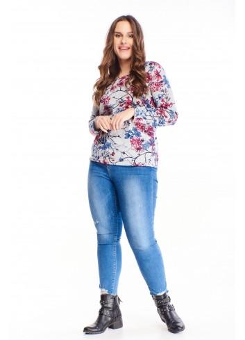 Modna bluzka w kwiaty do nowoczesnej puszystej kobiety
