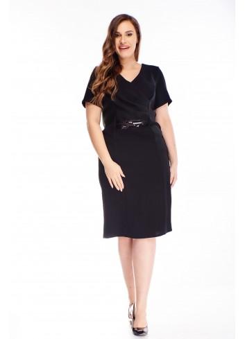Koktajlowa sukienka z błyszczącym paskiem duże rozmiary