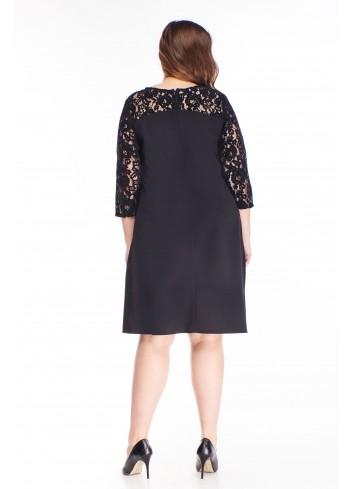 Czarna sukienka z koronkowymi wstawkami dla puszystej